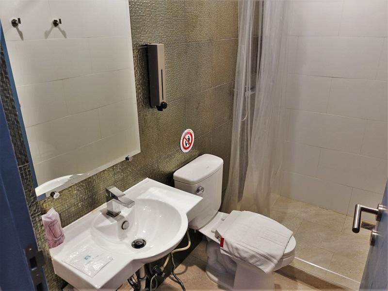 128バンコク(128 Bangkok)の洗面所、トイレ、シャワールーム