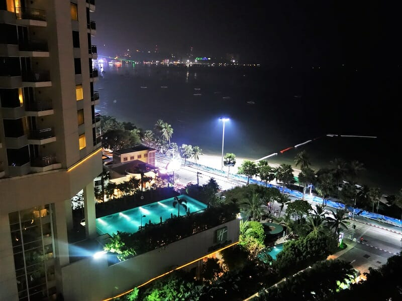 アマリオーシャンパタヤ(Amari Ocean Pattaya)から見た夜のパタヤビーチ
