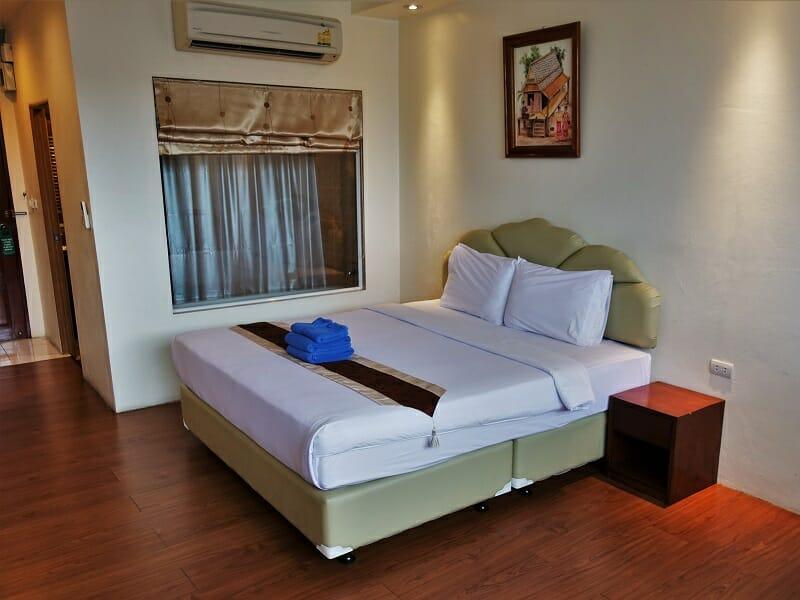 アットシーレジデンス(At Sea Residence)のベッドとバスルーム
