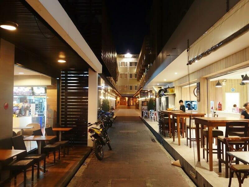 リドビーチホテル(Lido Beach Hotel)へ続く道