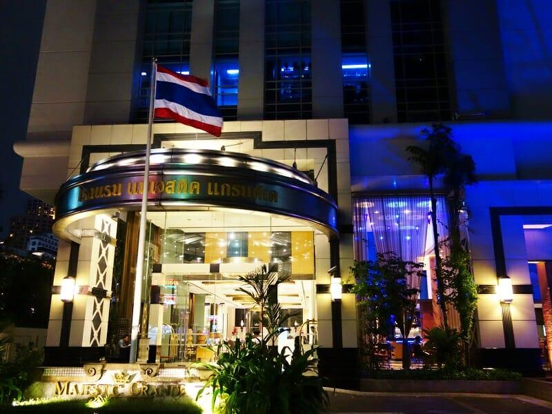 ダブルツリーバイヒルトン(DoubleTree by Hilton Bangkok Ploenchit)の正面入口
