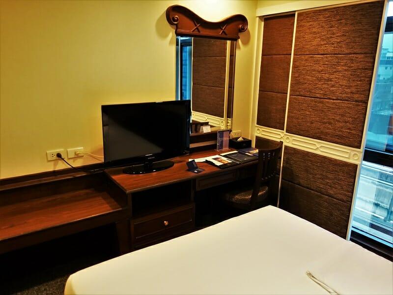 マジェスティックスイーツホテル(Majestic Suites Hotel)のデスク、鏡