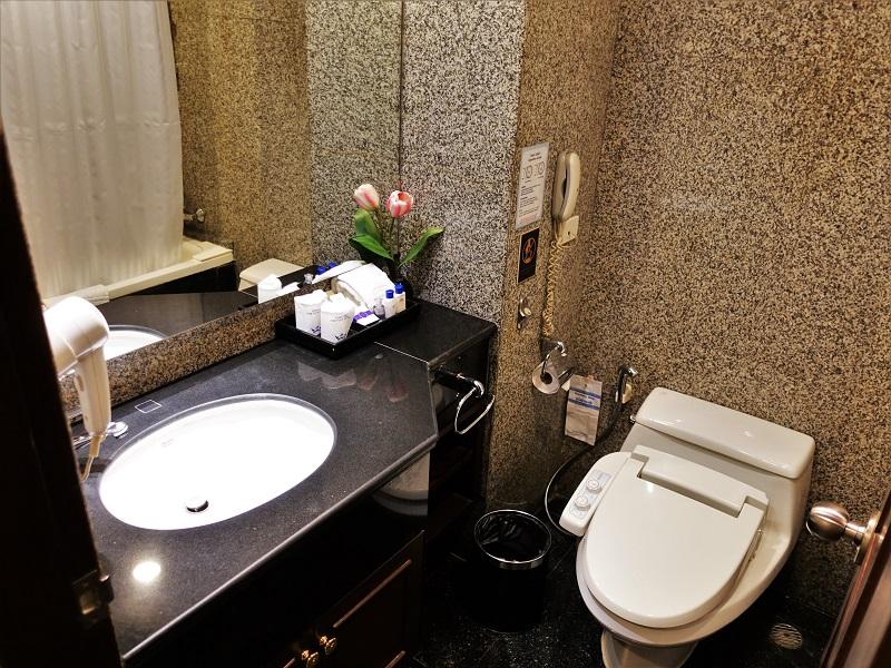 マジェスティックスイーツホテル(Majestic Suites Hotel)の洗面所とバスルーム