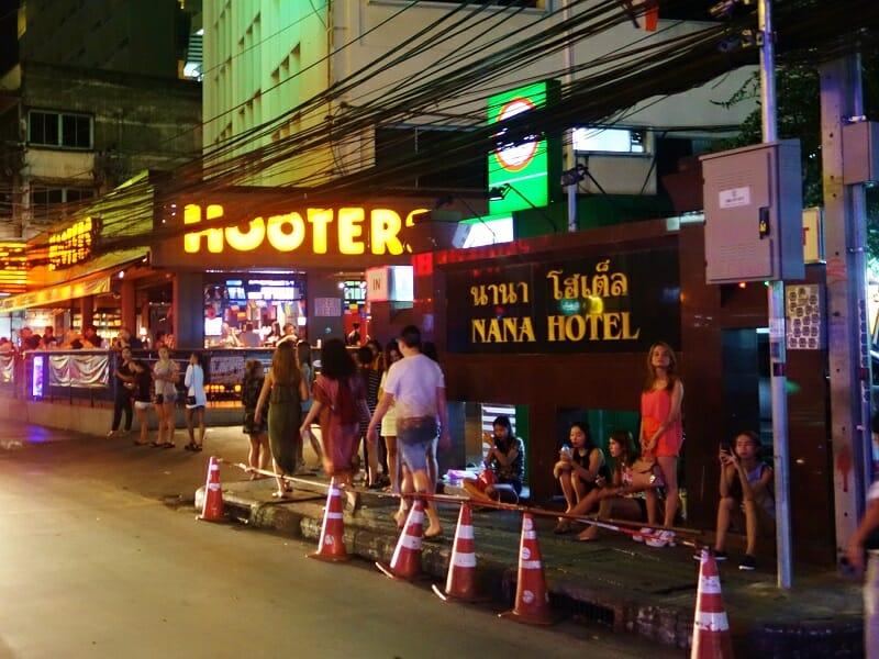 ナナ・ホテル・バンコク(NANA Hotel Bangkok)の前にいる立ちんぼ