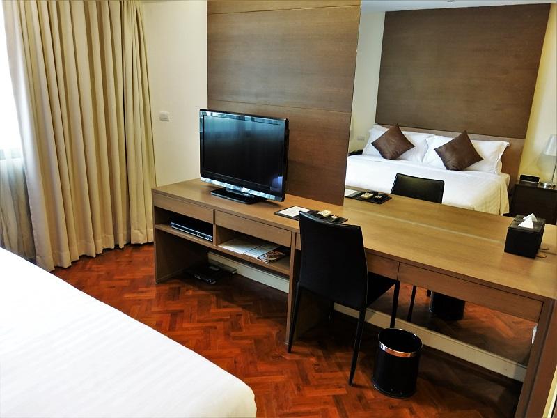 パチャラスイーツスクンビット(Phachara Suites Sukhumvit)のテレビとデスク