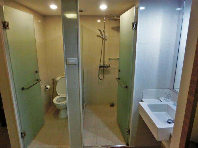 ハニーロッジ(honey lodge)のトイレ、シャワールーム、洗面所