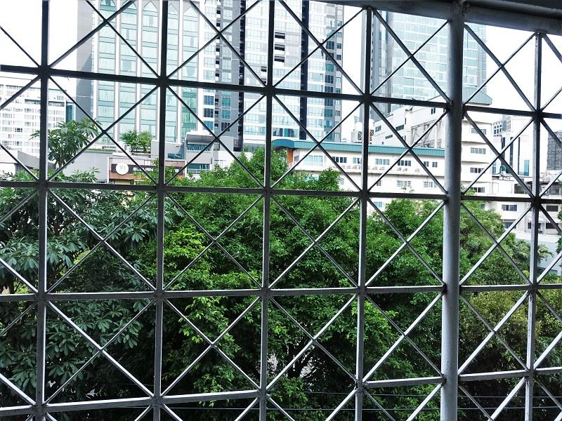 アトラスバンコクホテル(Atlas Bangkok Hotel)のクローゼットにあるセキュリティボックスからの景色