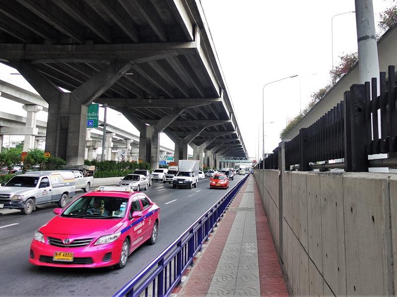 ドンムアン空港近くを走るタクシー