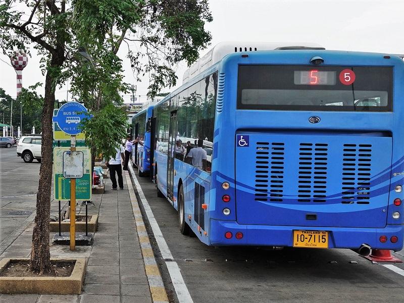 チェンマイ国際空港のバス停