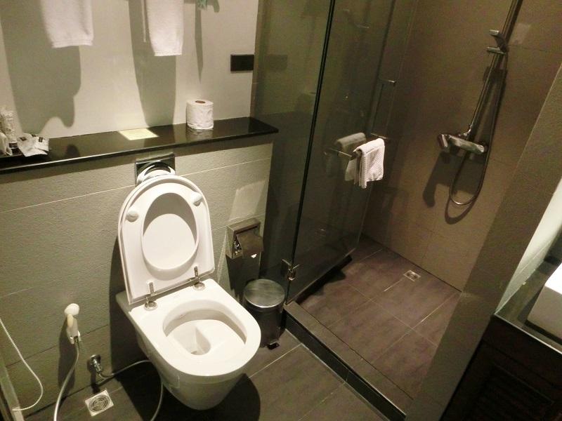 Sスクンビットスイーツホテル(S Sukhumvit Suites Hotel)トイレ、シャワールーム