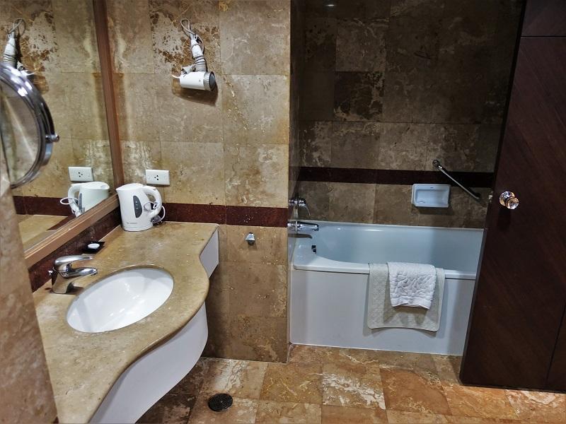 バイヨークスカイ ホテル(Baiyoke Sky Hotel)洗面所とバスタブ