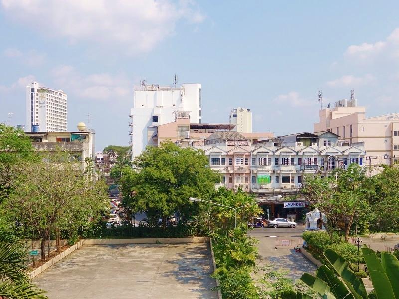 チェンマイ プラザ ホテル(Chiang Mai Plaza Hotel)から見たスリドンチャイ通り