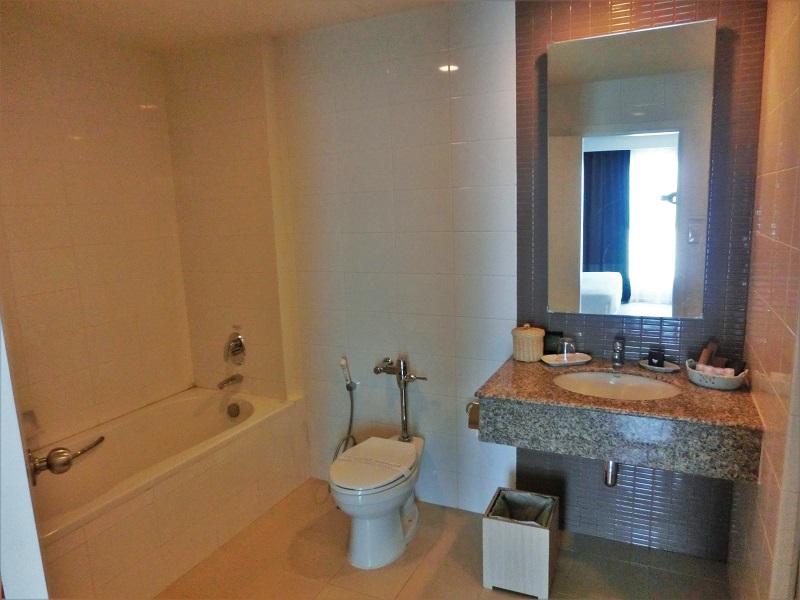 クラシックカメオ ホテル & サービスド アパートメンツ アユタヤ(Classic Kameo Hotel & Serviced Apartments, Ayutthaya)洗面所とトイレ、バスルーム