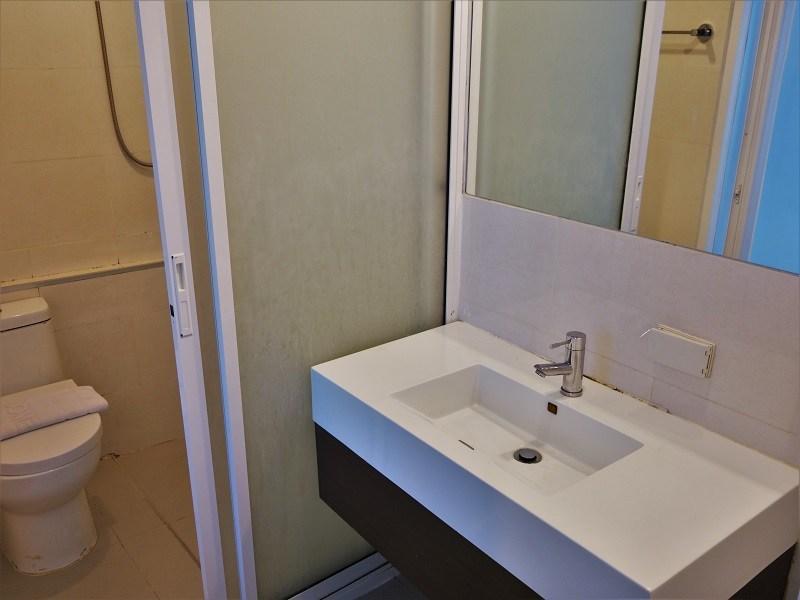 ナントラ シーロム ホテル(Nantra Silom Hotel)洗面所とトイレ、シャワールーム