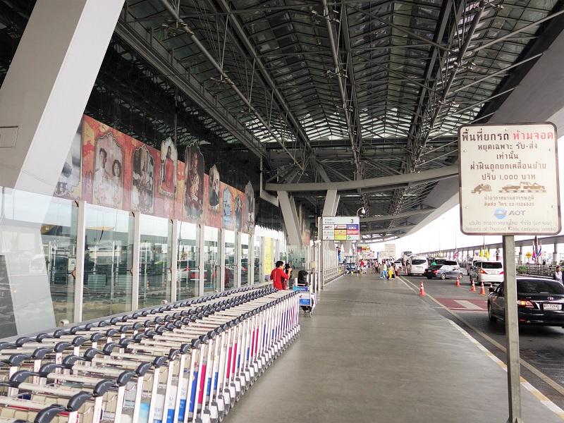 スワンナプーム国際空港4階出発ロビー外