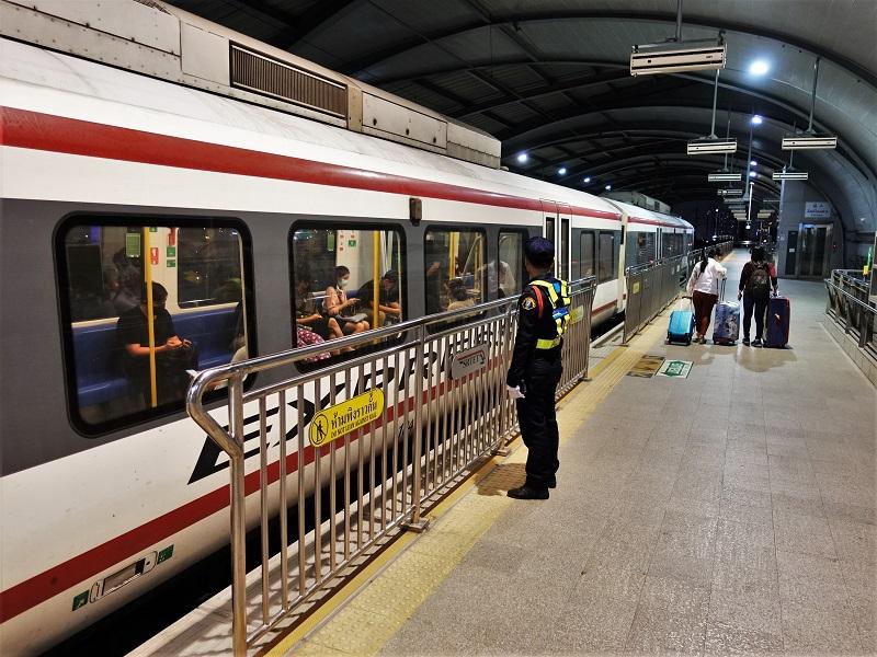 エアポートレールリンク「パヤタイ駅」に停まる電車