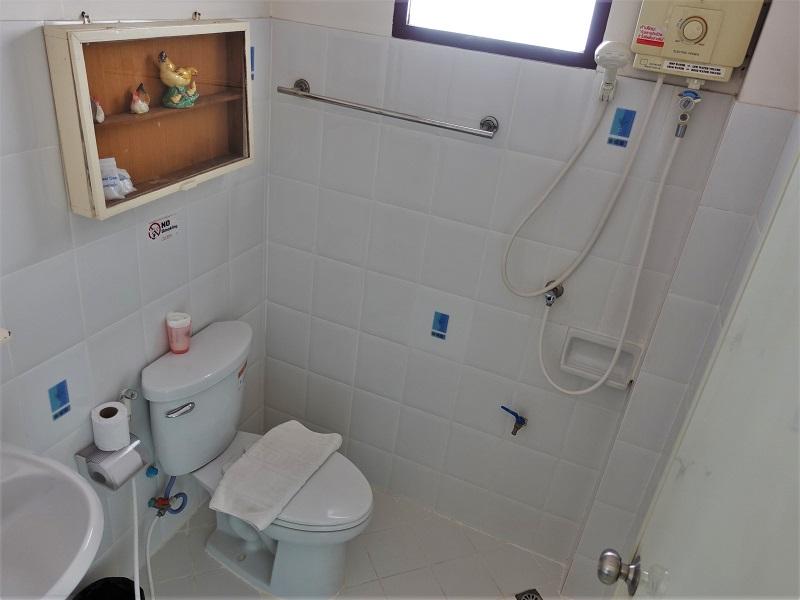 バーン クラン ヴィエン(Baan Klang Vieng)洗面所とトイレ、シャワースペース