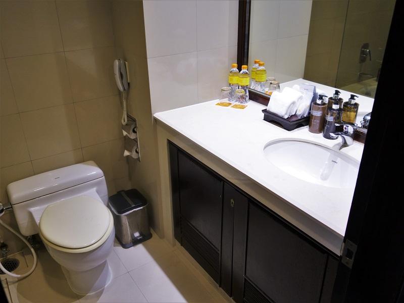 バンダラ スイーツ シーロム(Bandara Suites Silom)洗面所とトイレ
