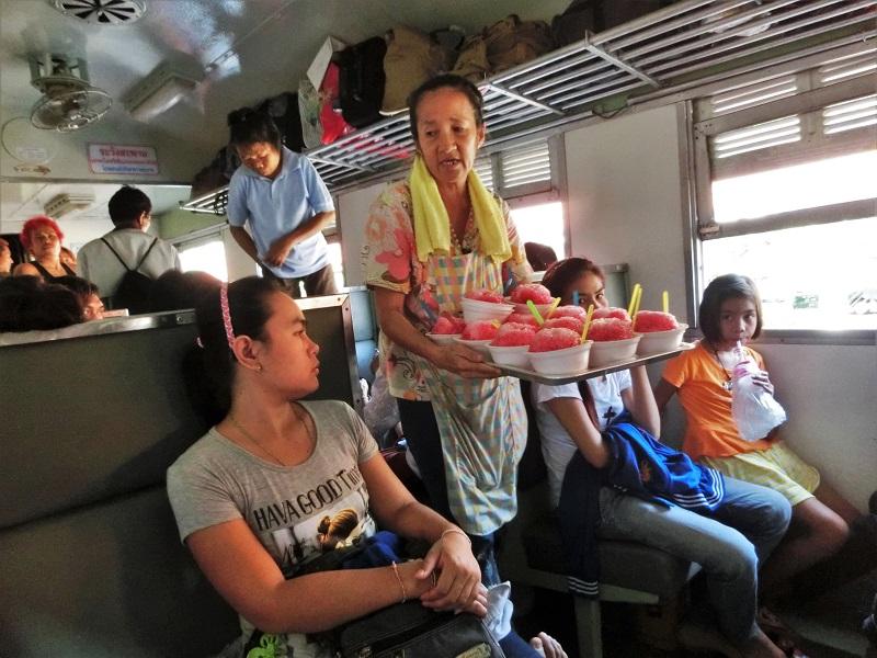 バンコクの鉄道車内を通る売り子
