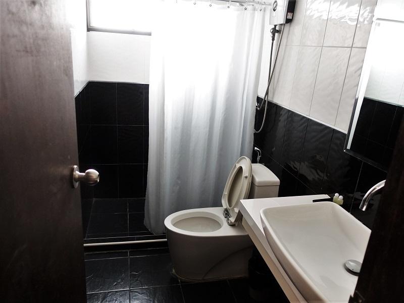 ベーシック ライン ホテル アット ロイクロ(Basic Line Hotel at Loikroh)洗面所、トイレ、シャワールーム