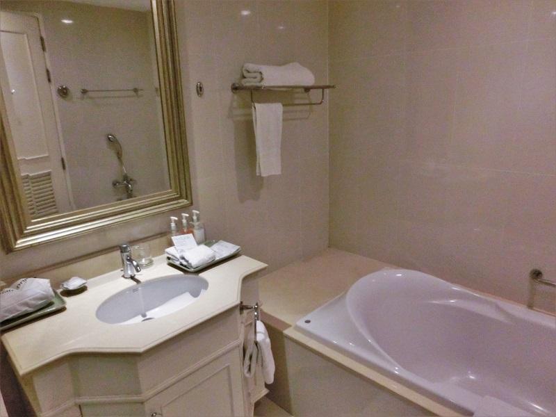 センターポイント シーロム ホテル(Centre Point Silom Hotel)洗面所とバスタブ