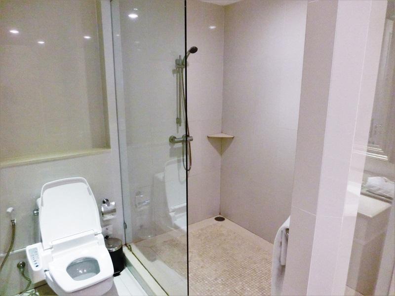 センターポイント シーロム ホテル(Centre Point Silom Hotel)トイレとシャワースペース