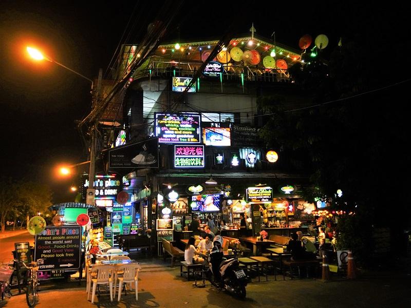 チェンマイ旧市街のバーレストラン