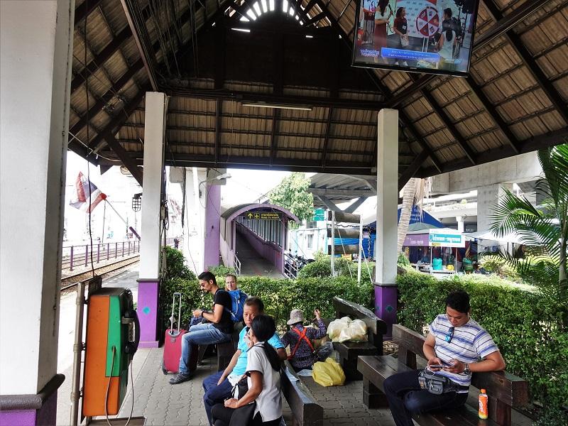 鉄道駅から見たドンムアン空港へのスロープ