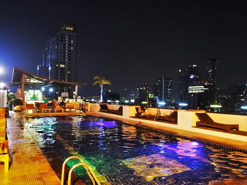 フラマ シーロム バンコク(Furama Silom Hotel Bangkok)ナイトプール