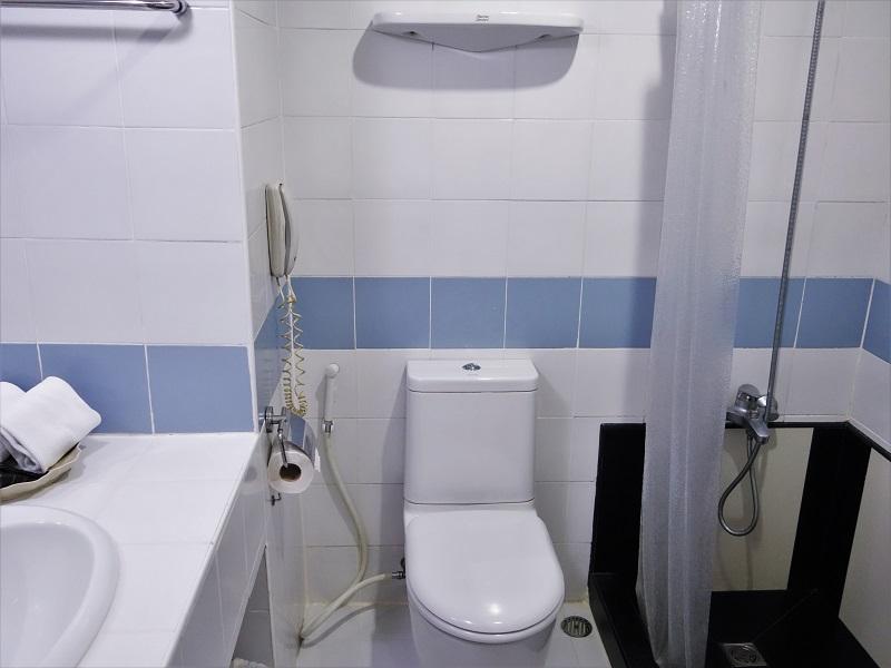 フラマ シーロム バンコク(Furama Silom Hotel Bangkok)洗面所とトイレ、シャワースペース