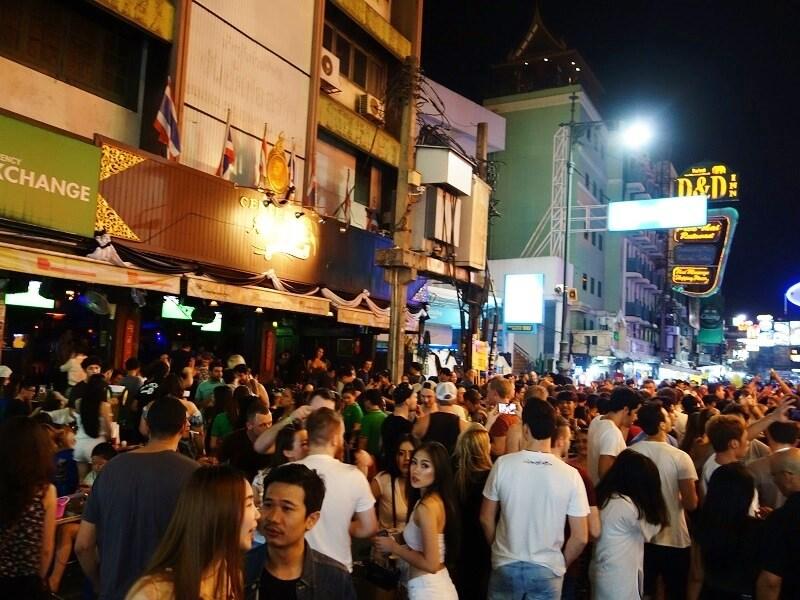 夜のカオサン通りで踊る人たち