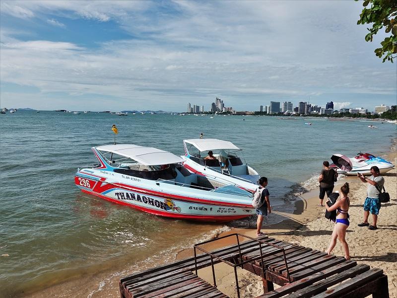 パタヤビーチに停まるボート