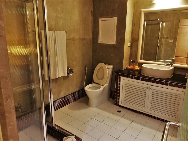 ストランド イン ホテル(Strand Inn Hotel)洗面所とシャワールーム