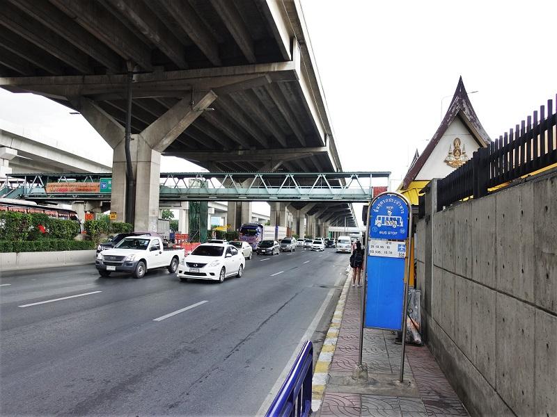 ドンムアン空港近くの道路からタクシーに乗る