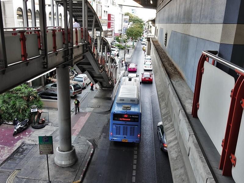 1番出口(Exit 1)から3番出口(Exit 3)へ向かうA2エアポートバス
