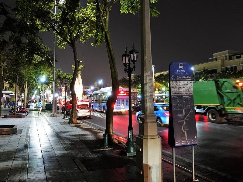デモクラシーモニュメント(民主記念塔)近くのバス停