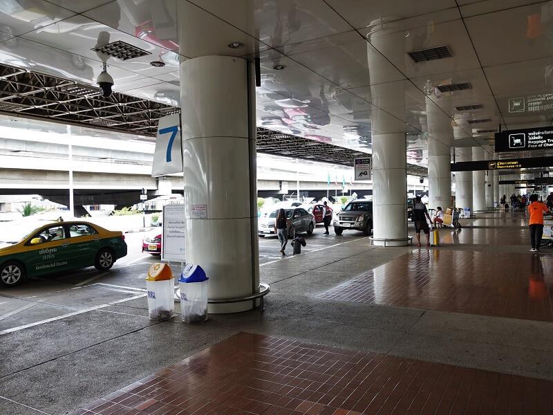 ドンムアン空港の出発階、チェックインカウンターが並ぶ3階のすぐ外、市内から来た車が入ってくるエリア