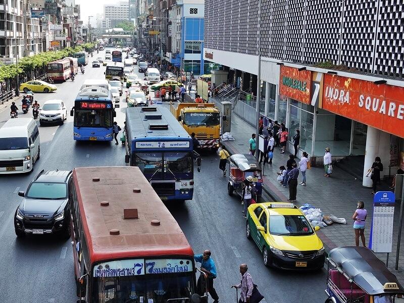 A3エアポートバスのプラトゥーナムバス停で乗る乗客