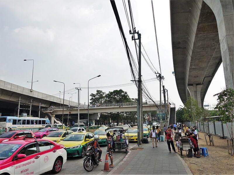 モーチットバスターミナル近くの横断歩道橋