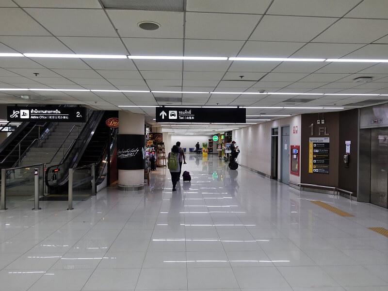 ドンムアン空港国内線ターミナルからタクシー乗り場へ