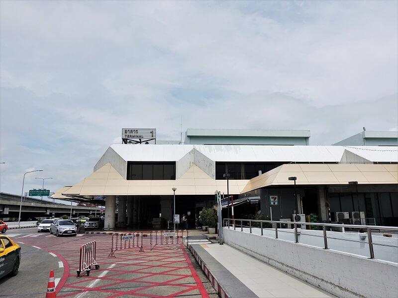 ドンムアン空港国内線ターミナルから見た国際線ターミナル