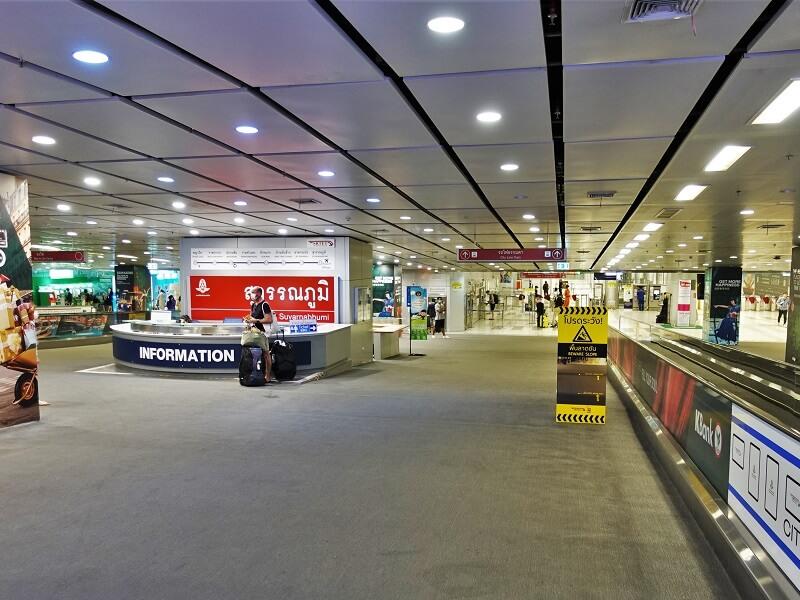 カシコン銀行の外貨両替機とエアポートレールリンク駅