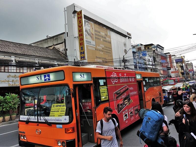 カオサン近くに停車するS1バス