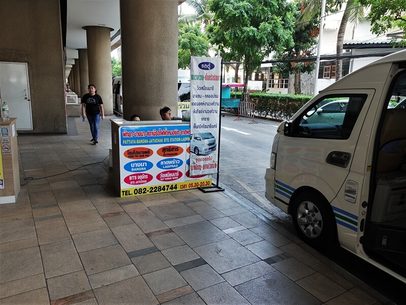 パタヤからバンコクへのロットゥー(ミニバス)のチケット販売カウンター