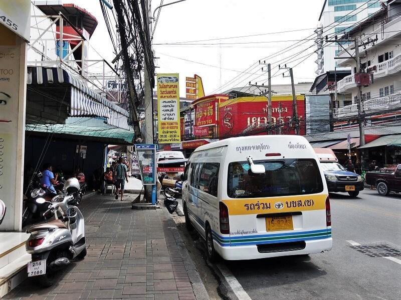 パタヤサウスロードに停車しているバンコク行きロットゥー