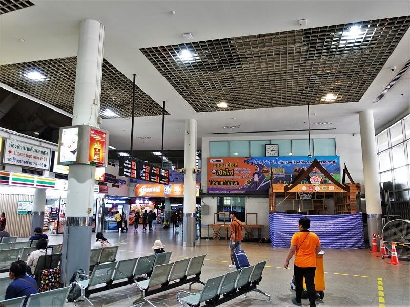 モーチットバスターミナルのパタヤ行きバス乗り場方面