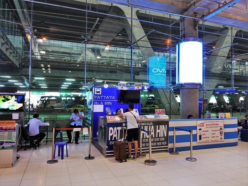 スワンナプーム国際空港1階8番ゲート近く、パタヤ行きのバス予約カウンター