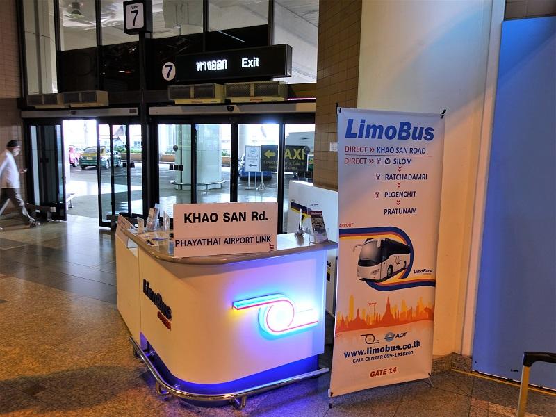ドンムアン空港7番出口前のリモバスチケット販売カウンター