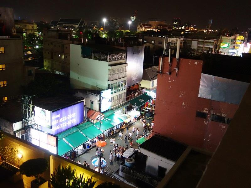 ザ マルベリー バンコク カオサン ロード(The Mulberry Bangkok Khaosan Road)から見たカオサン通り