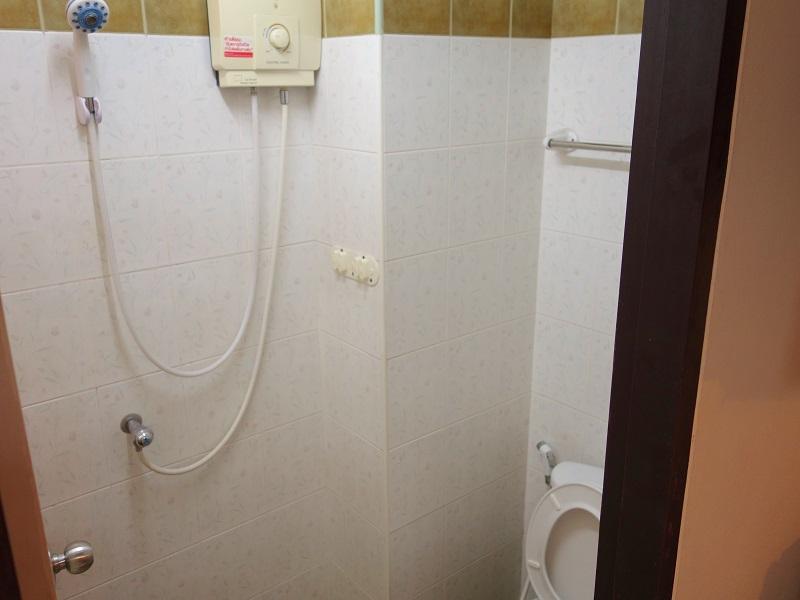 ザ マルベリー バンコク カオサン ロード(The Mulberry Bangkok Khaosan Road)のトイレ、洗面所、シャワー